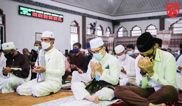 Walikota Dumai H Zulkifli AS saat melaksanakan Sholat Idul Adha 1441 H di Masjid Habiburrahman, Jalan HR Soebrantas, Dumai. (Foto Diskominfo)