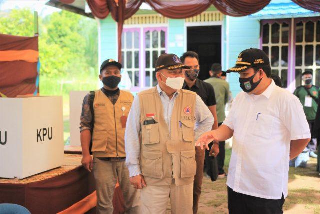 Plh Walikota Dumai, H Herdi Salioso saat meninjau jalannya pencoblosan suara Pemilihan Walikota dan Wakil Walikota Dumai.