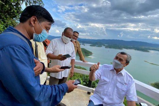 Gubernur Riau H Syamsuar ketika diwawancara wartawan di Puncak Kompe, Kampar, Riau